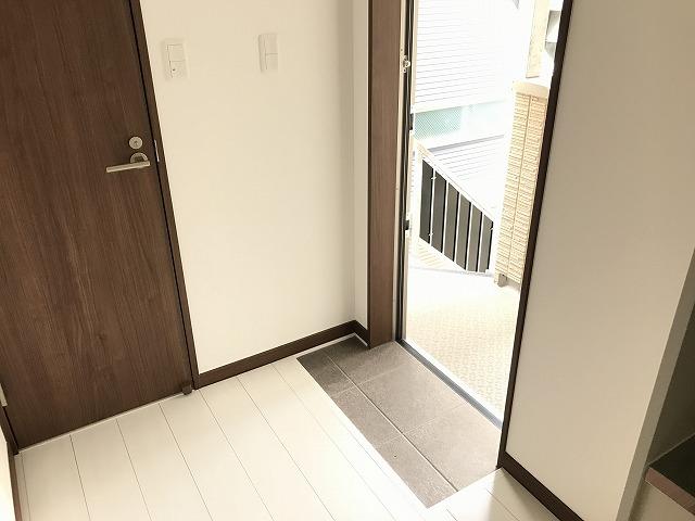 ウェルコーポ星川 203号室の玄関