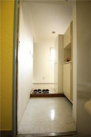ローズガーデン 204号室の玄関