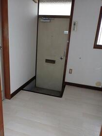 フラット渡辺 105号室の玄関