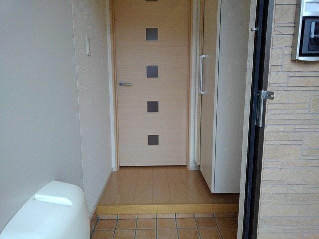エヌエスアール 01010号室の玄関