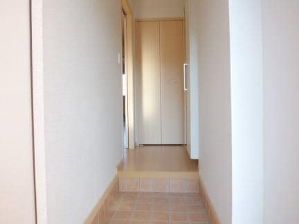 クレセールA 01010号室の玄関