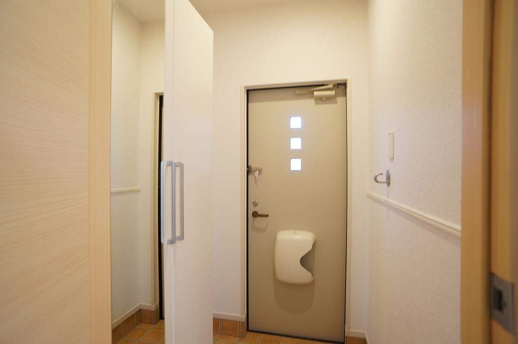 アイフィールドⅡ番館 01020号室の玄関