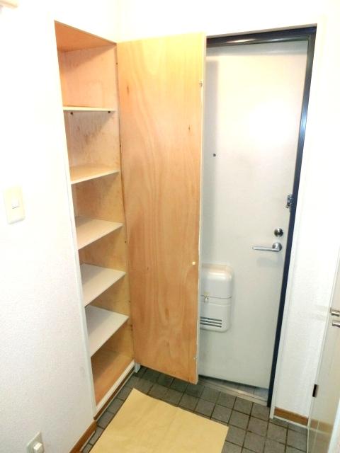 モデーロ花栗 205号室の玄関