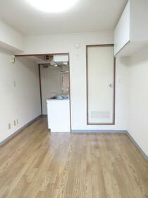 メゾン・ド・セルモン 0102号室の居室