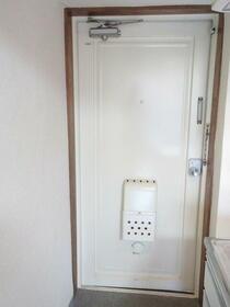 メゾン・ド・セルモン 0102号室の玄関