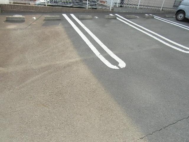アルドーレ 02010号室の駐車場