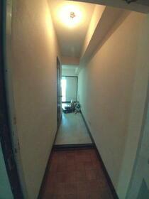林マンション 203号室の玄関