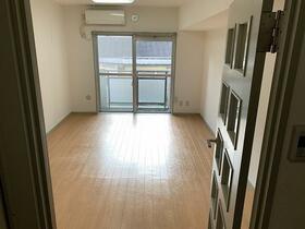 ソリッドリファイン東新宿 303号室のリビング