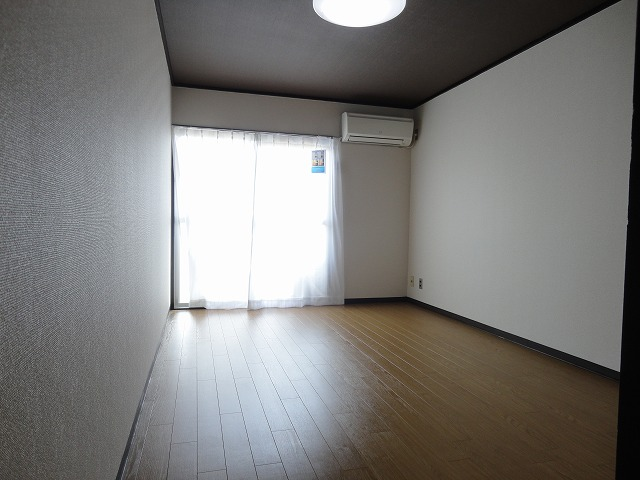 ユニメント桂川 201号室のリビング