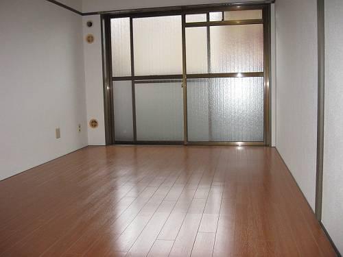 エバーグリーン嵐山 305号室のリビング