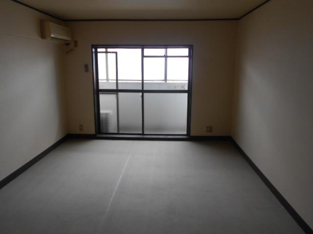 グランディール嵯峨 107号室のリビング