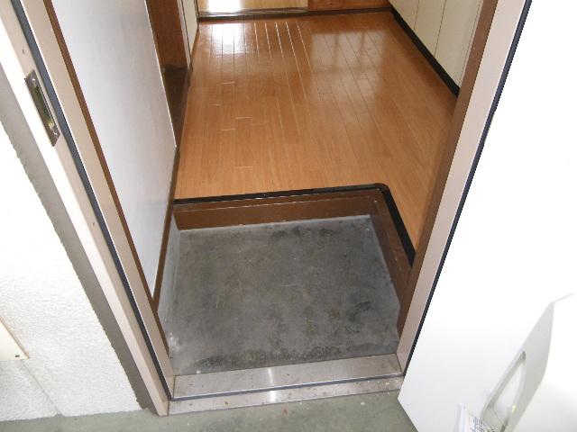 ホワイトマンション 301号室の玄関