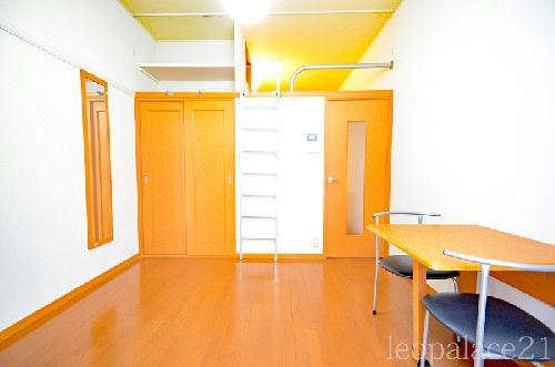レオパレスKY 205号室のベッドルーム