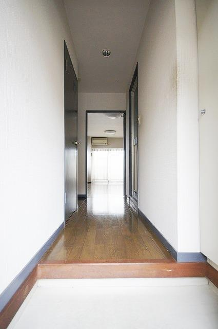 ステイタスマンション平和 205号室の玄関