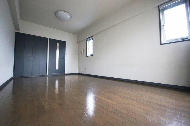 ステイタスマンション平和 205号室のリビング