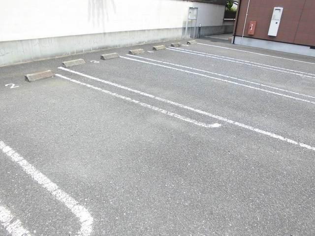 プレッソ モルティ 02040号室の駐車場