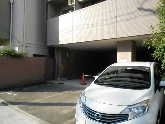 スプリングイセヤマ 204号室の駐車場