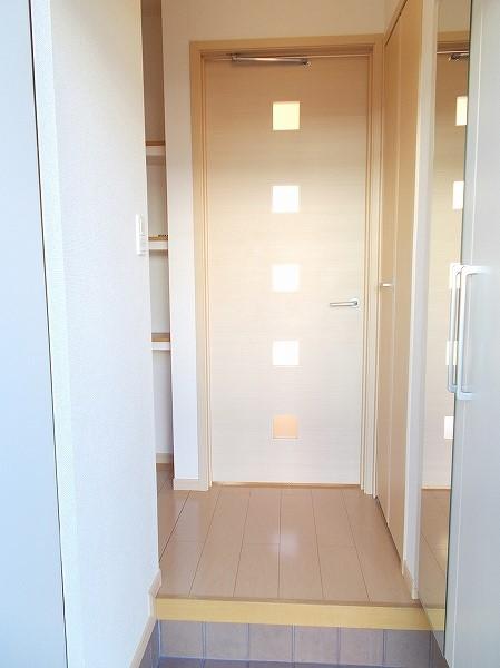 グラン・ソレイユA 01030号室の玄関