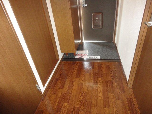 コンフォースB 201号室の玄関