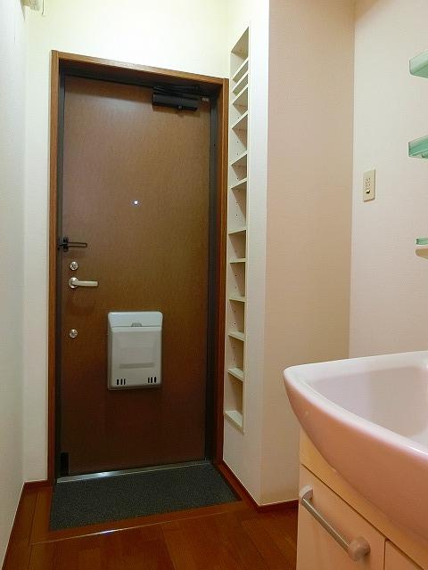 ウインズ A棟 101号室の玄関