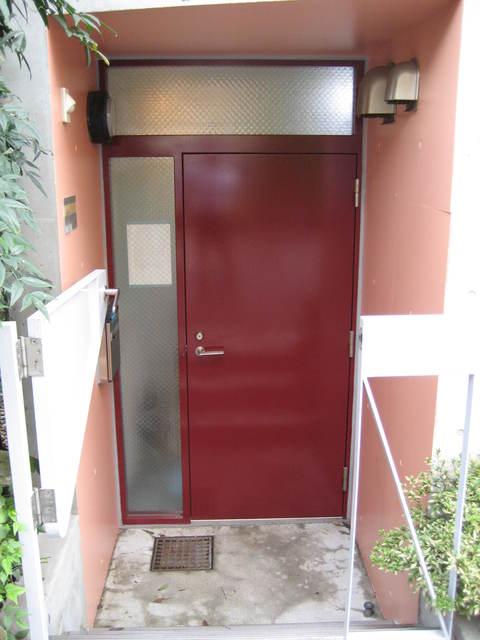 プラスモベール B号室の玄関