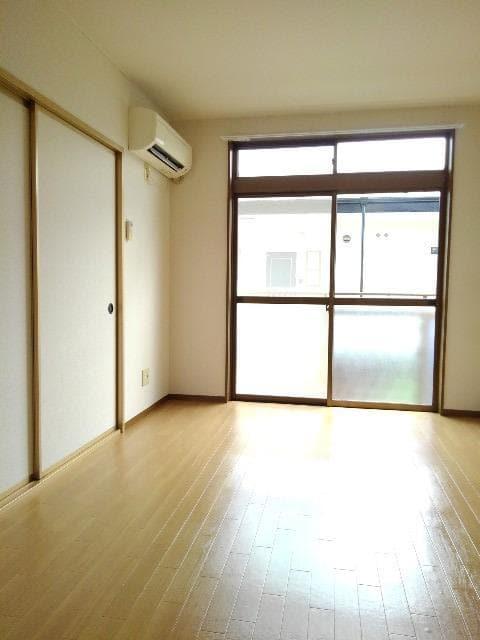 カルムメゾンシミズA 02010号室のリビング