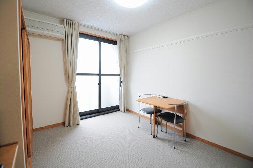 レオパレスアルモニ2番館 107号室のリビング