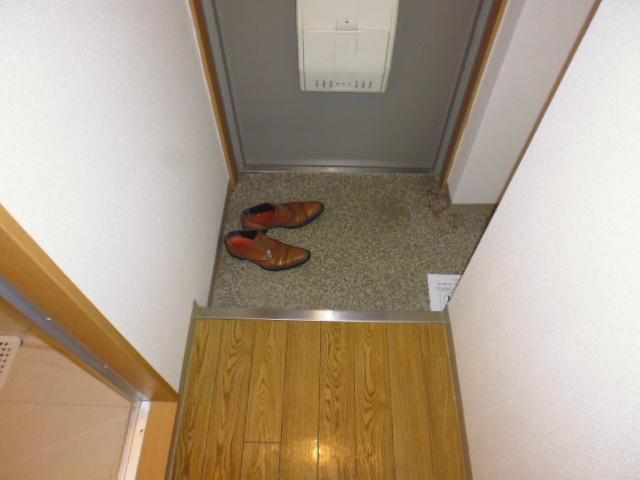 アザレア館 202号室の玄関