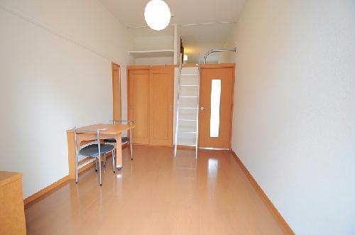 レオパレスグランドゥール 106号室のリビング