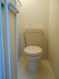 ホワイトコート綱島 A110号室のトイレ