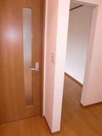 メゾン・ナナリ 101号室の玄関