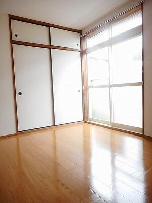 ヒカリハイツB 01030号室のリビング