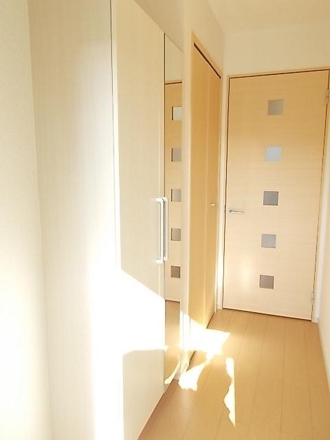 コルソ アロッジオM Ⅰ 01030号室の玄関