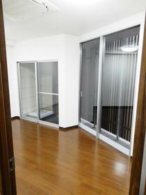 第12新井ビル 00101号室のリビング