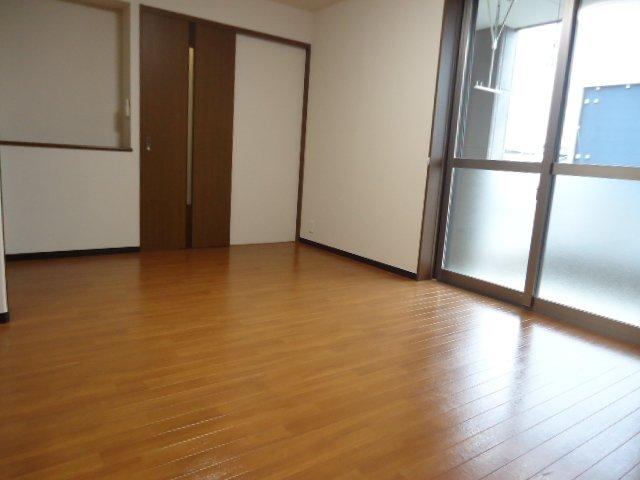 コンフィード 00103号室の駐車場