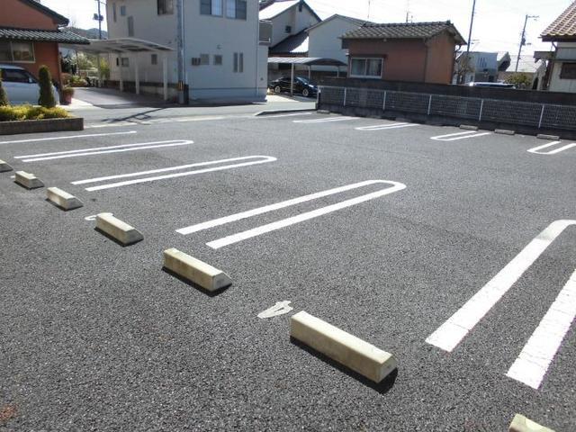 ファミリエB 02010号室の駐車場