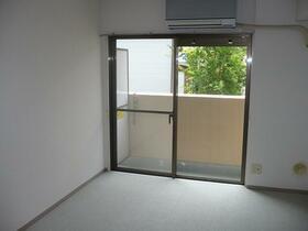 ライオンズマンション新横浜B館 206号室のリビング