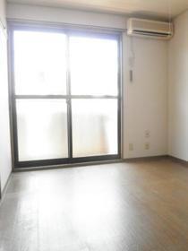 リバージュ A 102号室の玄関