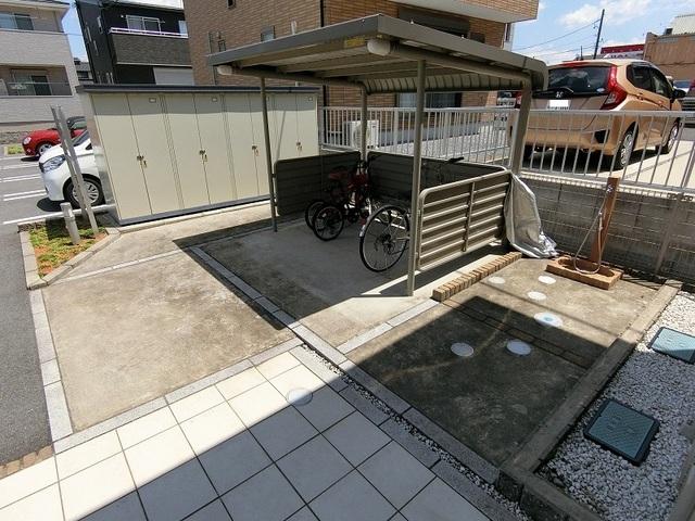 ブリーズ B 01010号室の駐車場