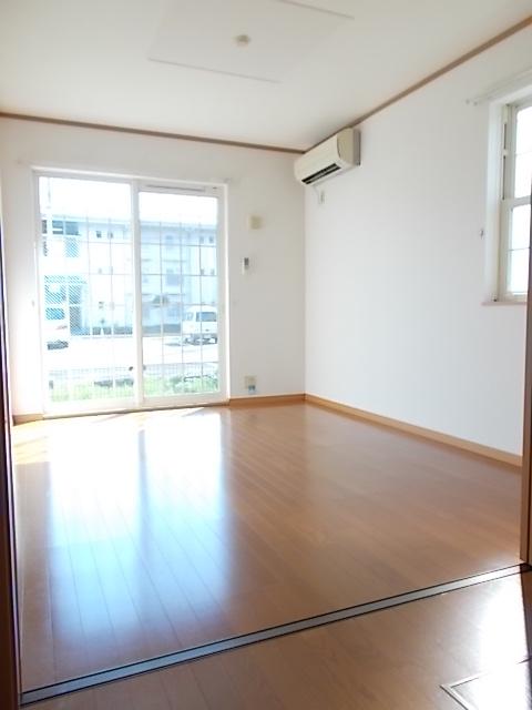 メゾン ソレイユA 01020号室のリビング