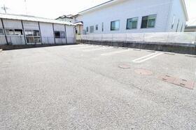 アドニス・フラット A/B B102号室の駐車場