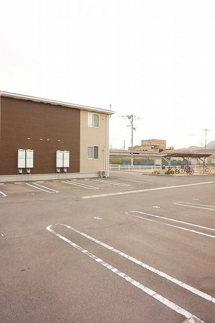 ベル・メゾン鶴市B 01030号室の駐車場