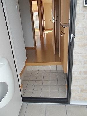 レジデンスM・J A 01010号室の玄関