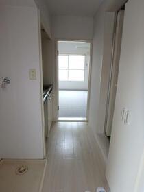 レ・パレス砂川七番 0202号室の玄関