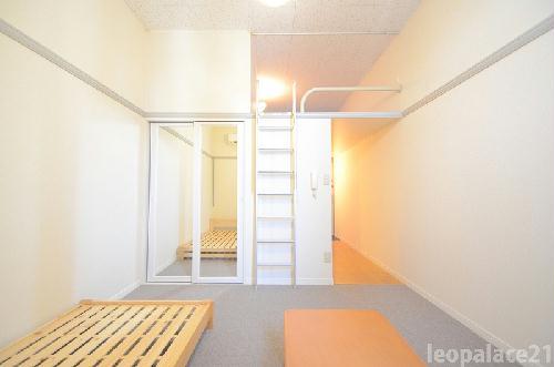 レオパレスサンヒル樋井川 104号室のリビング