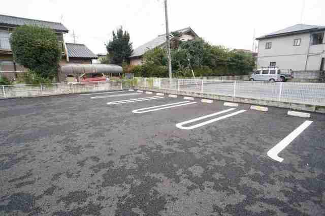 キャトルサンク 01020号室の駐車場