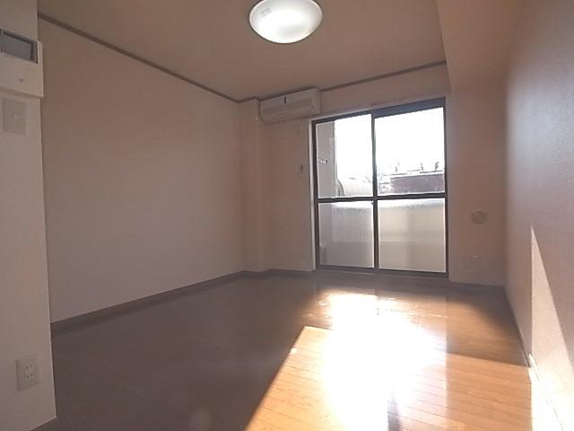 サニーヤード 01030号室のリビング