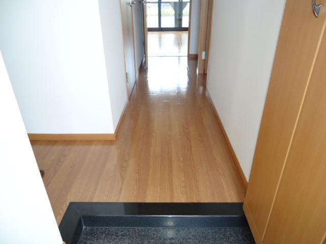 ユア・ハウス 00102号室の玄関