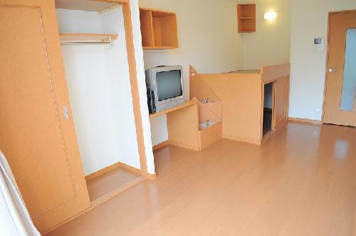 レオパレスグランディール 105号室のリビング