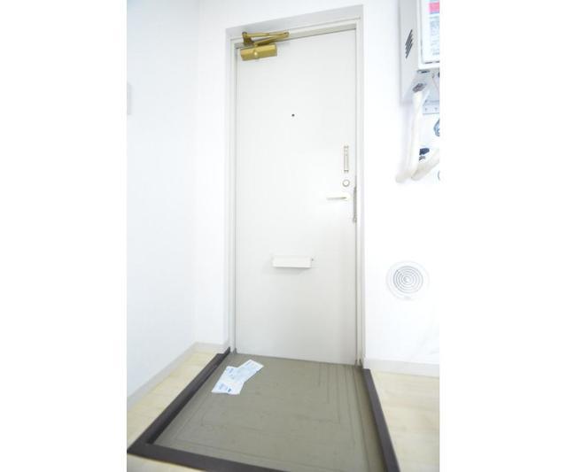 グリーンシャトル 201号室の玄関